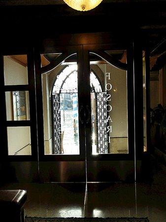 Foscari Palace: Выход из отеля на Гранд Канал