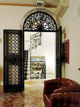 Foscari Palace: холл отеля