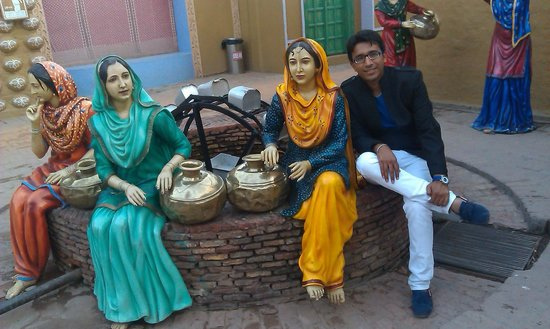 Rangla Punjab Haveli: Statue of girls