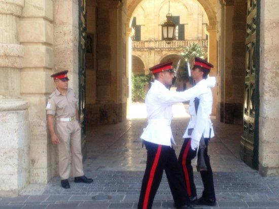 The Malta Experience: Смена караула