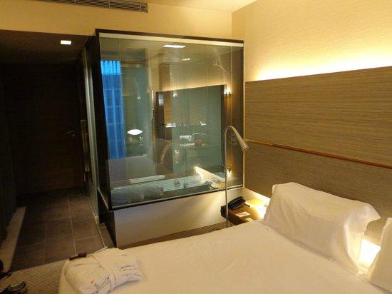 B-Hotel: glass box = shower / bath tab