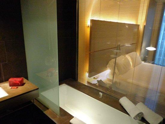 B-Hotel: bath room with bath tab