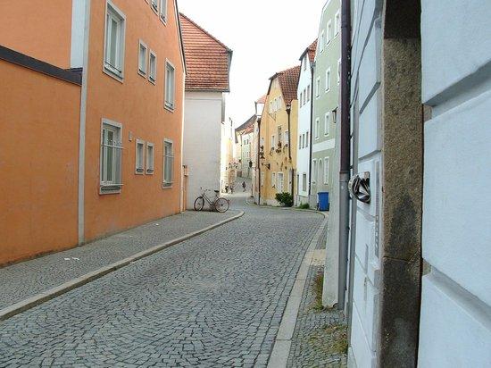 Altes Rathaus: Street scene Passau left bank