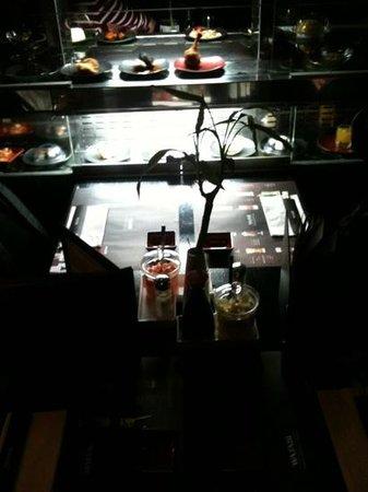 Wasabi Running Sushi & Wok Restaurant : Un tapis roulant sur 2 étages avec des assiettes variées même en bout de tapis
