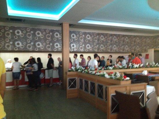 Queen Elizabeth Elite Suite Hotel & Spa: uzun yemek kuyruğu