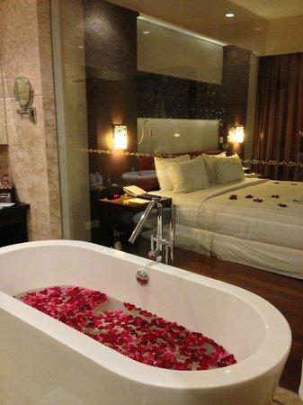 The Seminyak Beach Resort & Spa: Ванная со стеклянной стеной