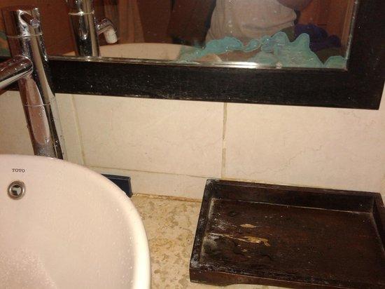 Blue Point Bay Villas & Spa: kaca toilet berjamur,kotor