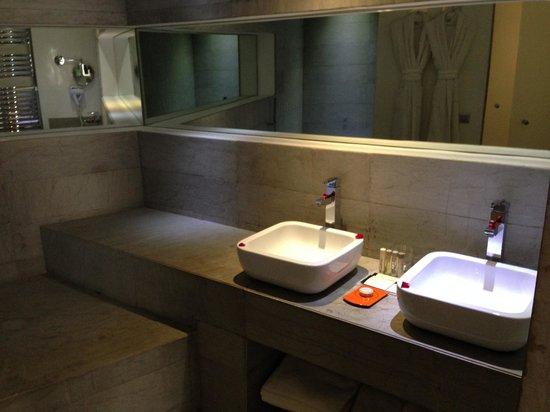 César Resort & Spa : salle de bain chambre deluxe