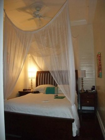 Avalon Bed and Breakfast: Small Queen Room