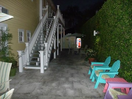 Avalon Bed and Breakfast: Terrace at Night