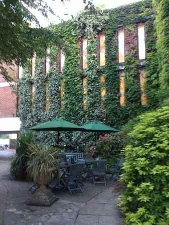 Mercure Salisbury White Hart Hotel: Small but beautiful garden area