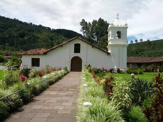 Orosi Lodge : Historic old church in Orosi village