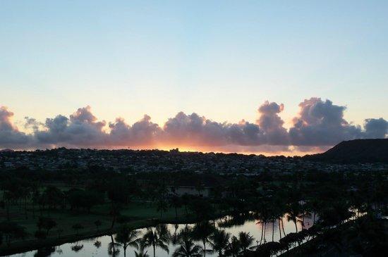 Waikiki Sand Villa Hotel: Sunset viewed from our balcony