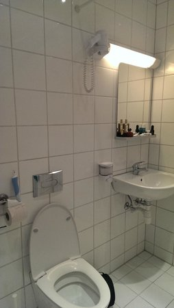 Chateau Apartments: Bathroom