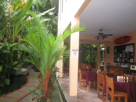 La Posada Private Jungle Bungalows: The pathway to the rooms on left and the dining area on right
