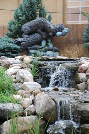 Stoney Creek Hotel & Conference Center - Sioux City: Statues and Water Features in Back