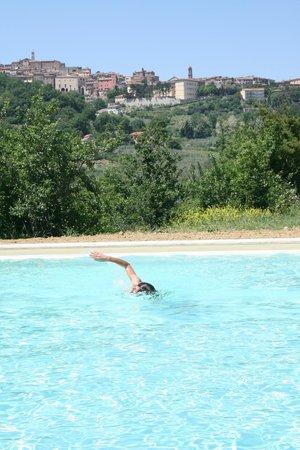 Agriturismo Godiolo: Nuotare con vista del centro storico