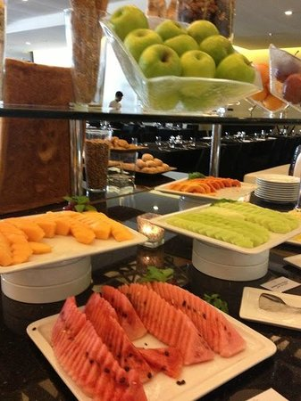 Corniche All Day Dining: fruit station
