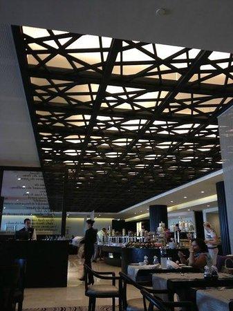 Corniche All Day Dining: restaurant interior