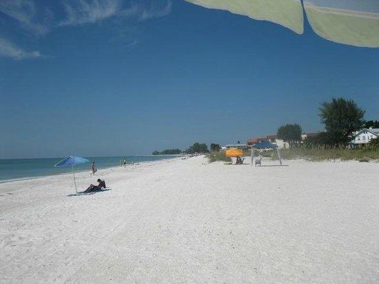 Island Garden Villas: The beach across the street