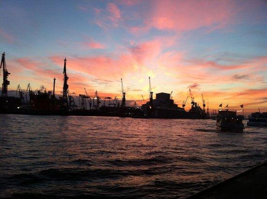 Harbor Piers : Landungsbrücken Sonnenuntergang