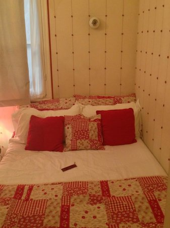 Hotel Villa La Tour : Bed and linen lined walls