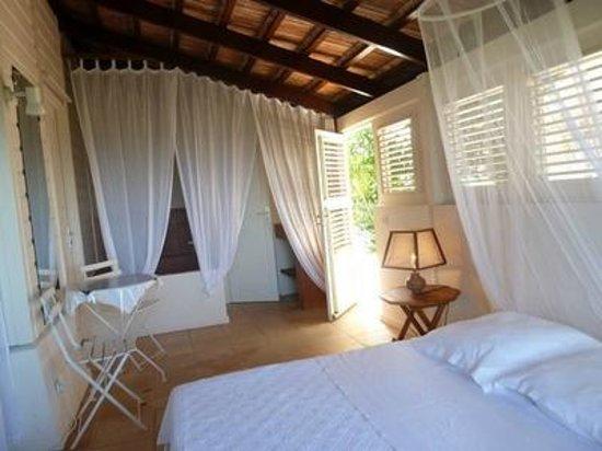 Sous Le Soleil des Tropiques : chambre Atlantique, porte ouverte sur le patio