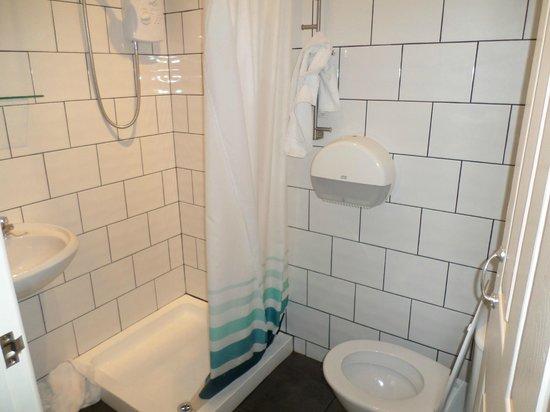 The Pineapple Hotel: en-suite double bedroom bathroom
