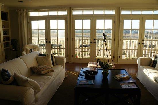 Inn at Playa Del Rey: Wohnzimmer in dem es abends Snacks & Wein gibt