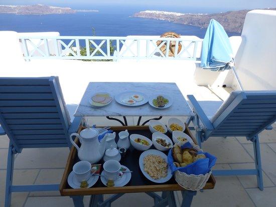 Absolute Bliss Imerovigli Suites: desayuno en la terraza