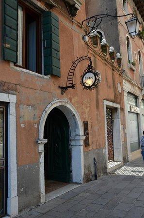 Hotel Galleria: The entrance to the hotel, right off the Accademia vaporetto stop