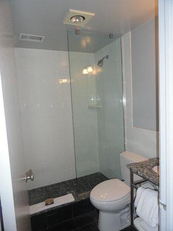 Kimpton Carlyle Hotel : Cuarto de baño amplio y limpio