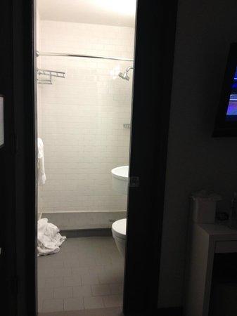 The GEM Hotel Chelsea : Sliding door to bathroom