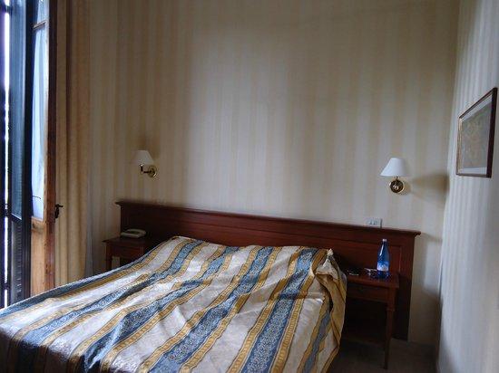 Hotel Moderno : lit