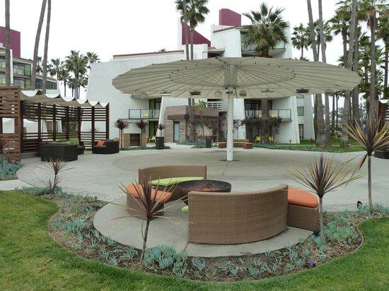 Hotel Maya - a DoubleTree by Hilton Hotel : Sandy hangout areas