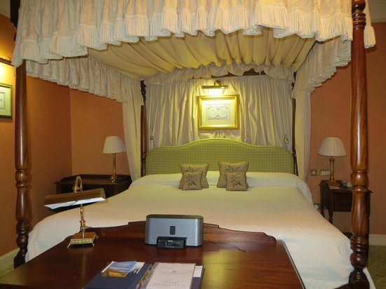 Ballynahinch Castle Hotel: Our King-size Bed