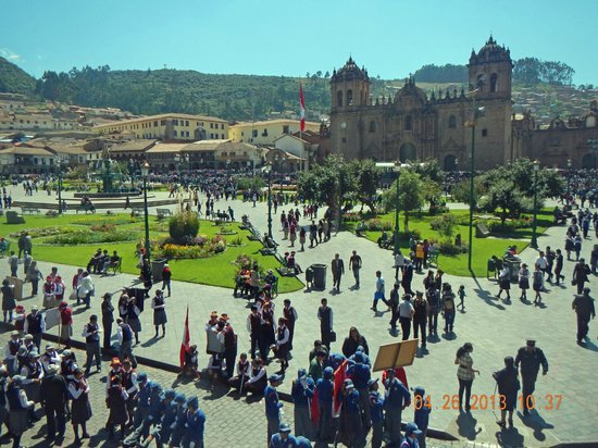 Plaza de Armas Cusco Hotel : Plaza with the Cathedral of Santo Domingo on background