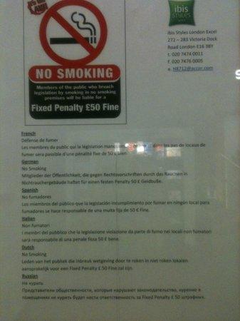 Ibis Styles London Excel : Panneau devant ascenseur