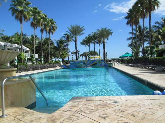 Kimpton Surfcomber Hotel: The pool!!