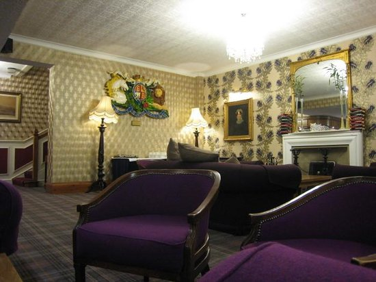 Royal George Hotel: Lounge with coat-of-arms