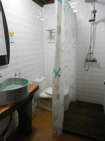 Longji Star-wish Resort : our bathroom - plastic curtain separates toilet and shower