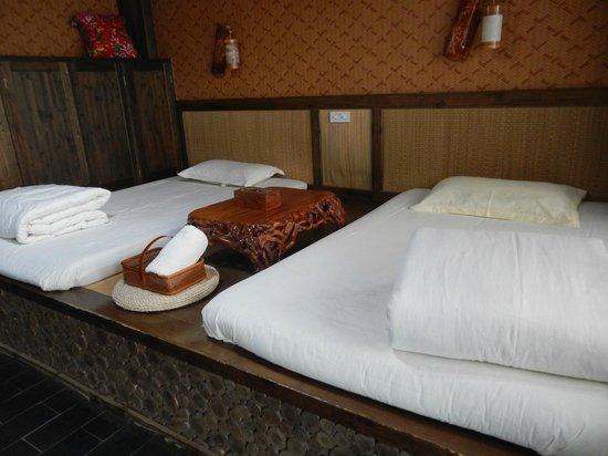 Longji Star-wish Resort: Our bedroom - beds on platform