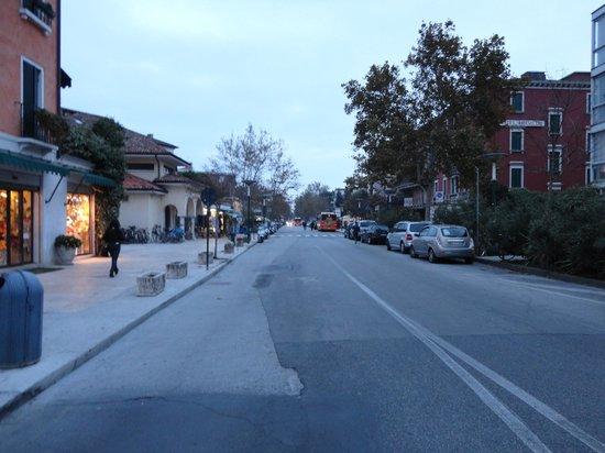 Lido di Venezia: Rua na frente do terminal do vaporeto