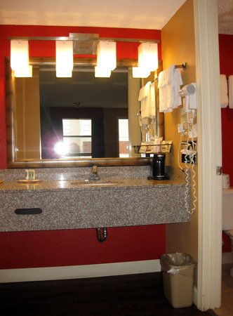 Quality Inn & Suites: Bathroom vanity