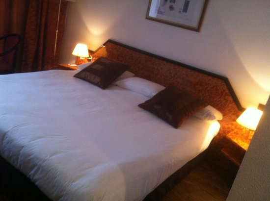 BEST WESTERN Hotel le Galice: Chambre confortable aux lumières tamisées, lit grand et impeccable.