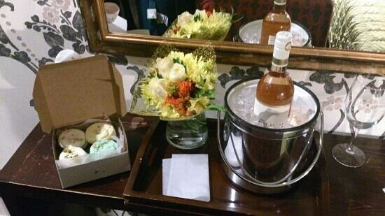 Hotel East Houston: birthday package on arrival in room of cupcakes, wine and flowers!