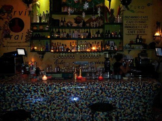 Mundo Bizarro: Balcão do bar à noite