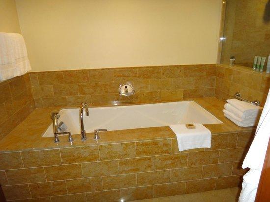 Four Seasons Resort Costa Rica at Peninsula Papagayo: Soaking Tub  1 bdrm Canopy Suite