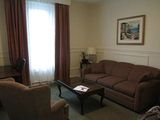 Parc Suites Hotel: Living room of king suite