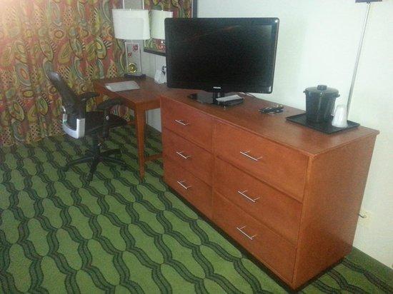 Holiday Inn Oceanside Virginia Beach: Desk and television